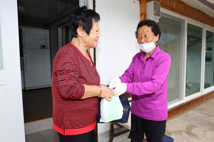 어르신 식사배달-어르신들의 일상생활을 지원합니다 (2).JPG