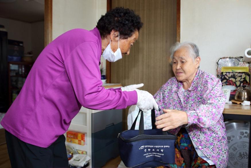 어르신 식사배달-어르신들의 일상생활을 지원합니다 (1).JPG